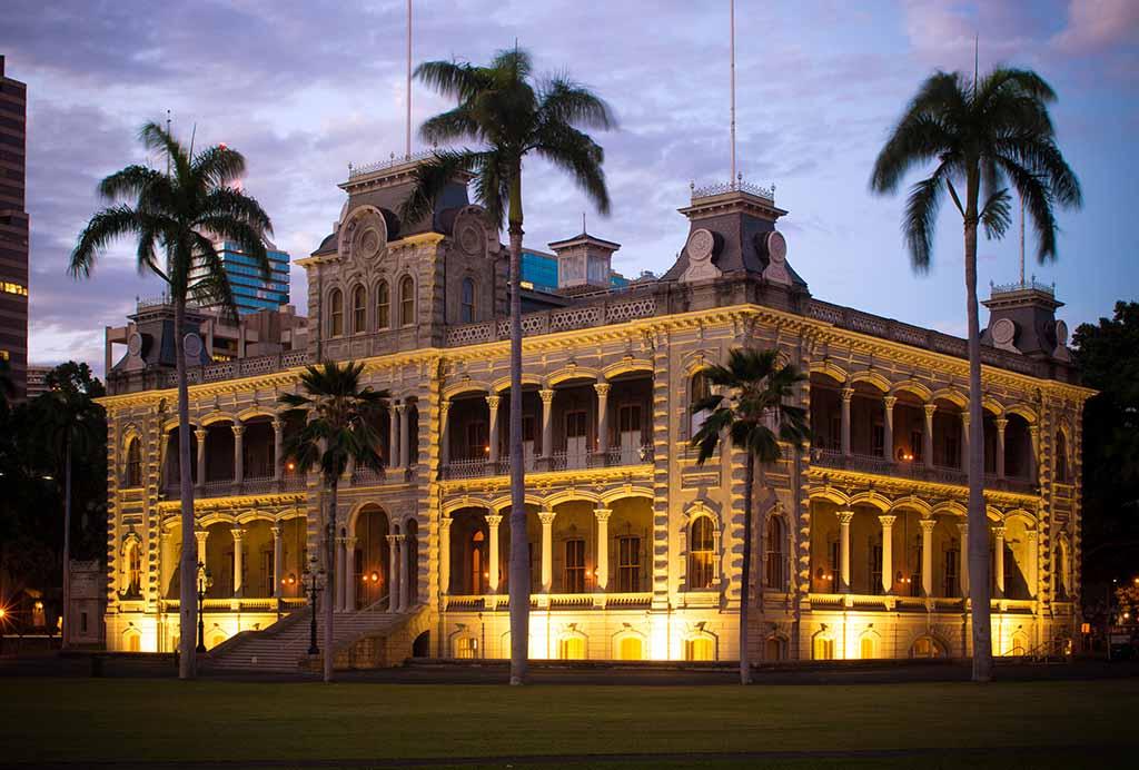 Iolani Palace at night in Honolulu, HI