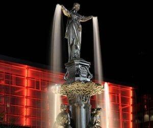 statue-at-night