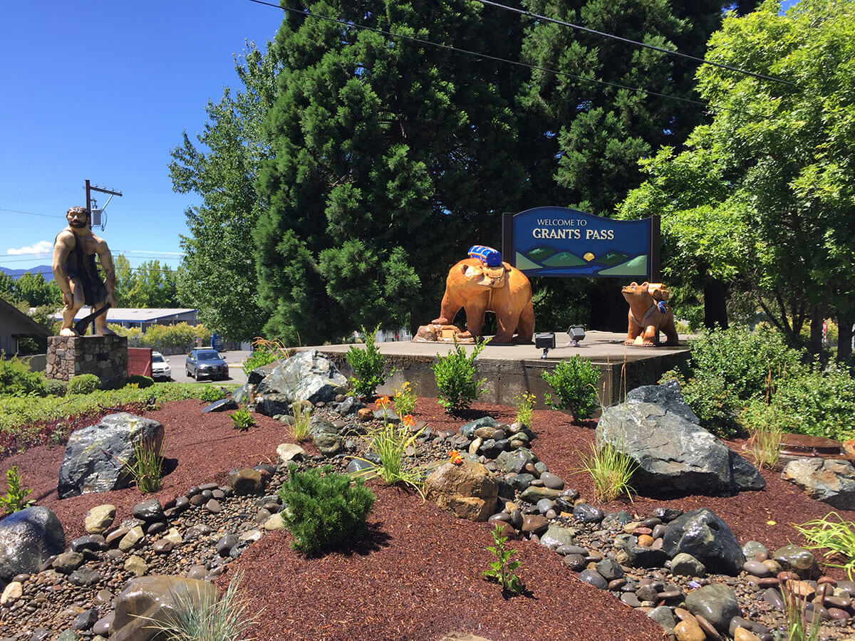 grants pass welcome sign