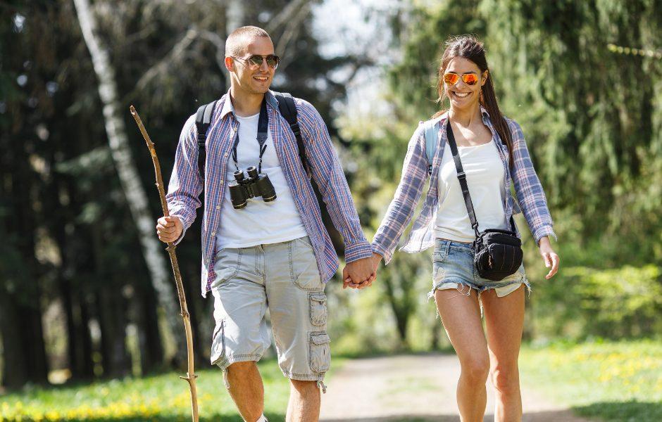couple hiking smtih mountain lake